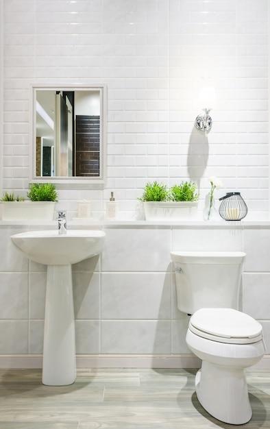 Salle de bain moderne et spacieuse avec des carreaux ...