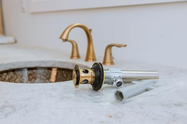 Salle de bain, service de réparation de plomberie, assembler et installer un évier Photo Premium
