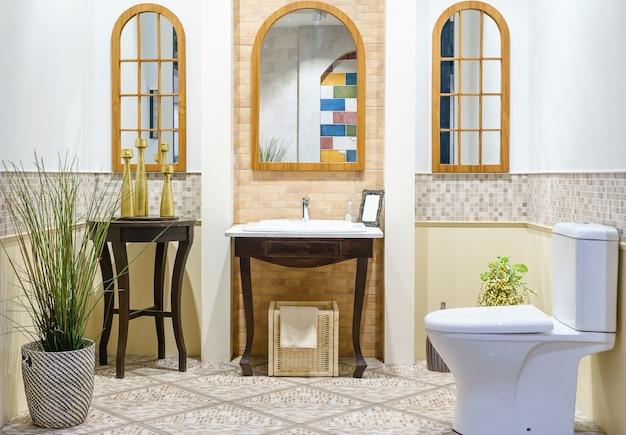 Salle de bain spacieuse moderne avec des carreaux lumineux avec wc ...
