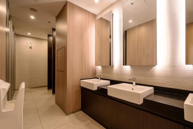 Salle de bains d'hôtel avec un design intérieur moderne Photo Premium