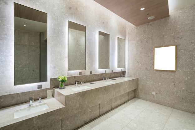 Salle de bains de luxe dans le centre commercial ...