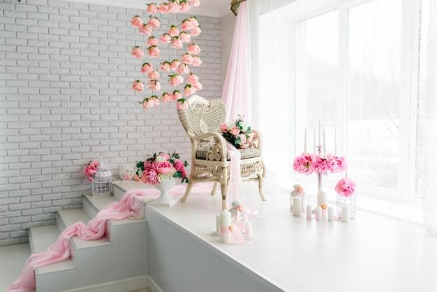 Salle blanche avec table et chaises rétro, décorée de fleurs. Photo Premium