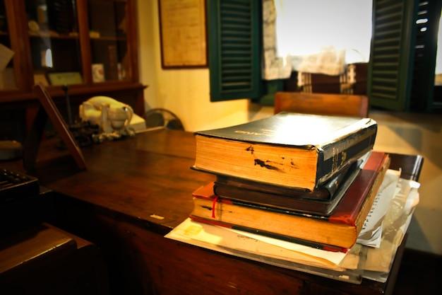 Salle de bureau classique avec des livres sur le bureau ...