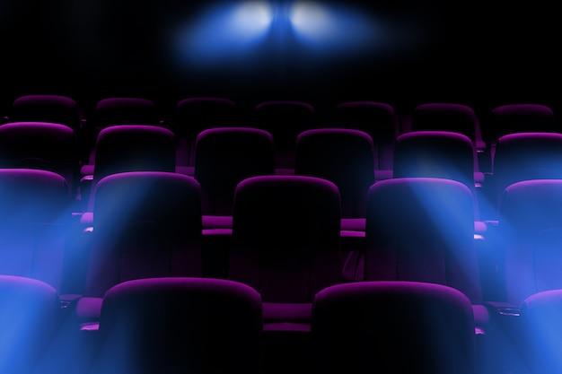 Salle de cinéma vide avec sièges violets avec rayons de lumière du projecteur Photo Premium