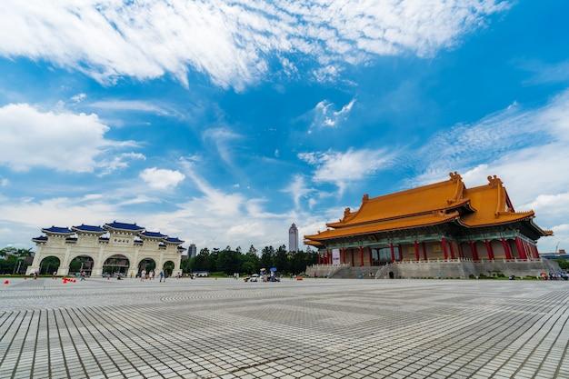 Salle de concert nationale et porte principale de liberty square du memorial hall de chiang kai-shek à taipei, taiwan Photo Premium