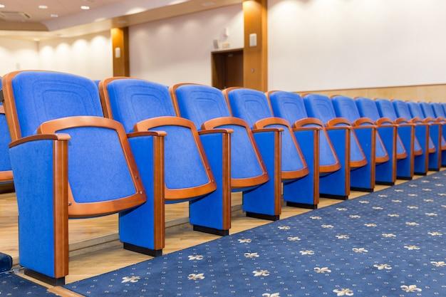 Salle de conférence avec des sièges bleus Photo Premium
