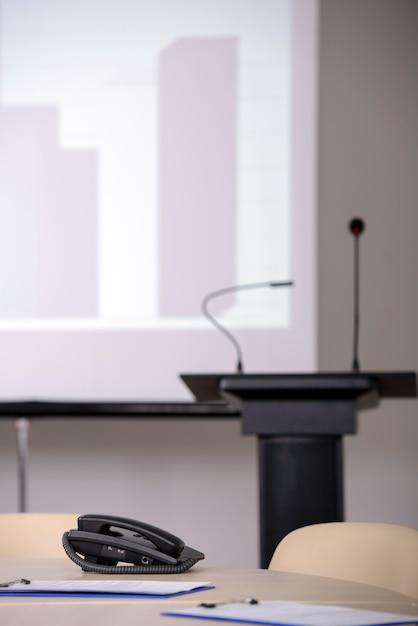 Salle De Conférence Avec Tribunes Et écrans De Présentation. Photo Premium