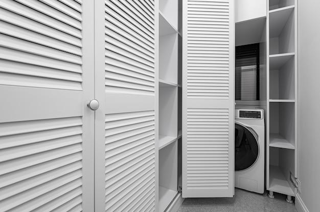 Salle De Garde-robe Blanche Avec Machine à Laver Dans Un Nouvel Appartement De Luxe Photo Premium