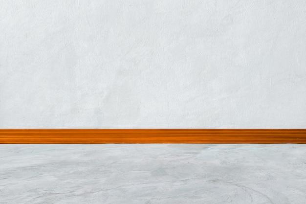 Salle intérieure blanche avec corniches en bois sur coin de mur blanc et plancher en bois blanc Photo Premium