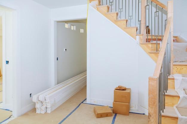 Salle intérieure avec construction neuve et planchers de bois non finis. Photo Premium