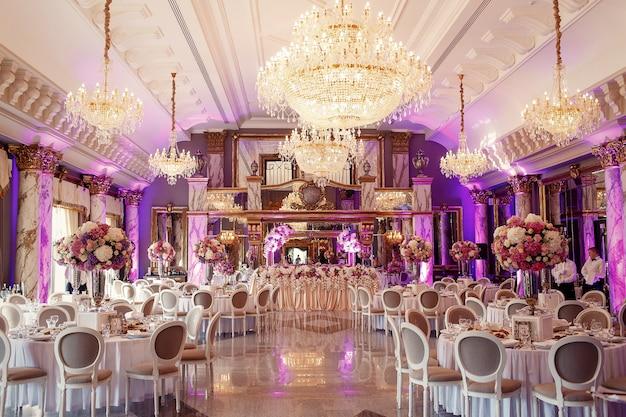 Salle à manger luxueuse avec grand lustre en cristal Photo gratuit