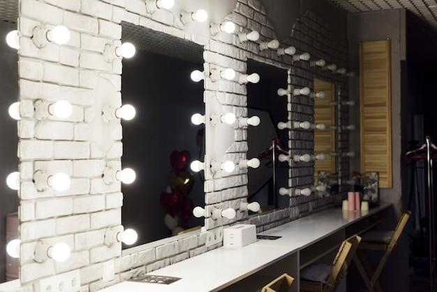Salle de maquillage moderne avec miroirs Photo gratuit