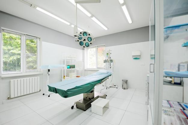 Salle d'opération dans le service de chirurgie de la polyclinique Photo Premium