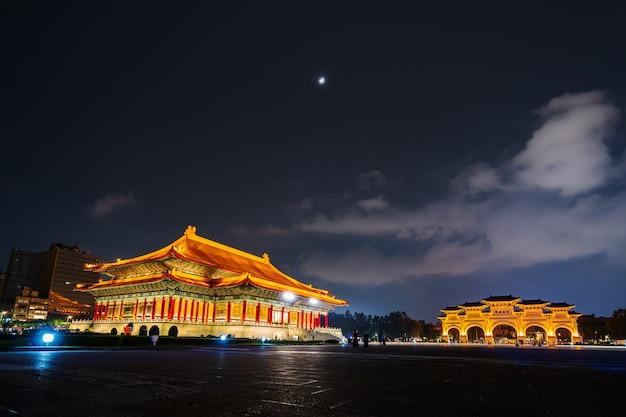 Salle de théâtre nationale et porte principale de liberty square du memorial hall de chiang kai-shek de nuit à taipei, taiwan Photo Premium