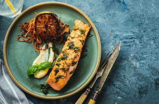 Salmon Sole Meuniere Au Citron. Filet De Poisson Rouge. Truite Grillée Au Beurre, Citron Et Sauce Persil Photo Premium