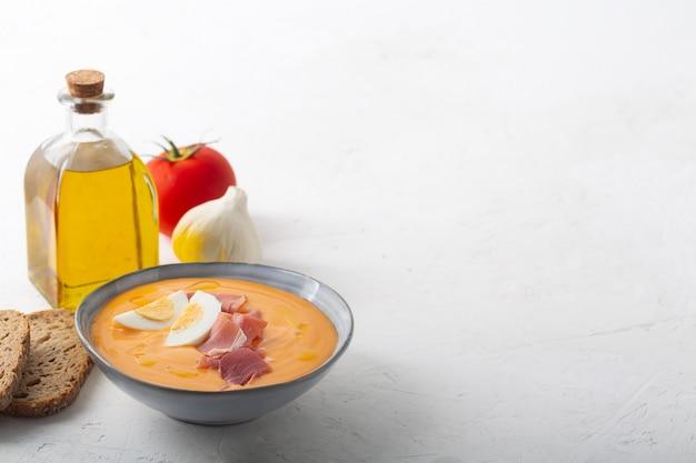 Salmorejo cordobes soupe espagnole typique aux tomates similaire au gaspacho, garnie de jamon serrano et d'œufs Photo Premium