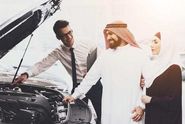 Salon de l'auto famille dans vêtements musulman et revendeur Photo Premium