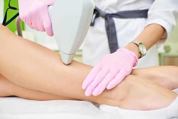 Salon de beauté, épilation au laser, médecin et patient Photo Premium