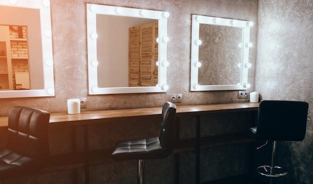 Salon De Beauté De Luxe Avec Miroirs Et Lumière Photo Premium
