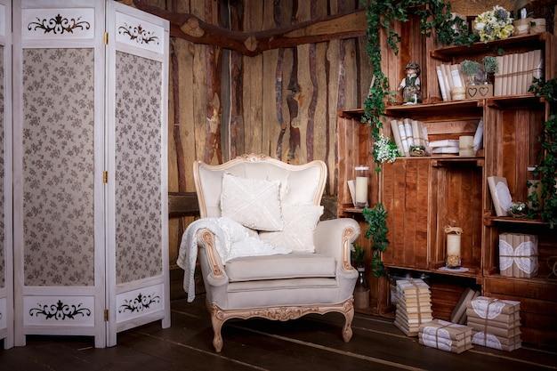 Salon en bois avec chaise beige et bibliothèque Photo Premium