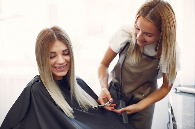 Salon De Coiffure Coupe Les Cheveux De Son Client Dans Un Salon De Coiffure Photo gratuit