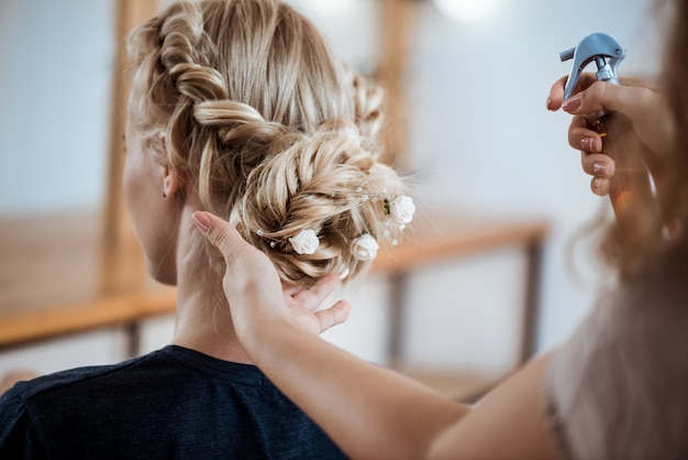 Salon De Coiffure Féminine Faisant Coiffure Pour Femme Blonde Dans Un Salon De Beauté Photo gratuit