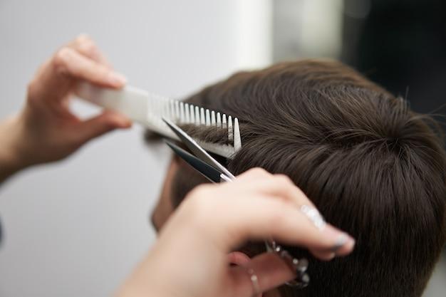 Salon De Coiffure Femme Couper Les Cheveux Bel Homme Caucasien Dans Un Salon De Coiffure Moderne Photo Premium