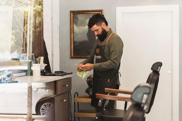 Salon de coiffure préparant l'équipement pour le travail dans le salon de coiffure Photo gratuit