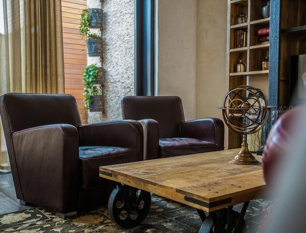 Salon avec fauteuils en cuir Photo gratuit