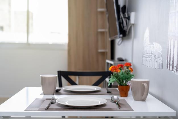 Salon intérieur de luxe et table à manger, type de studio ou d'appartement en studio Photo Premium