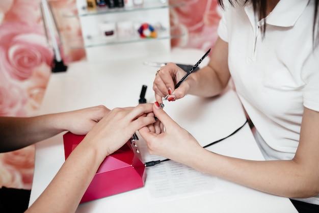 Salon de manucure. gros plan, esthéticienne, mains, nettoyage, ongles client Photo Premium