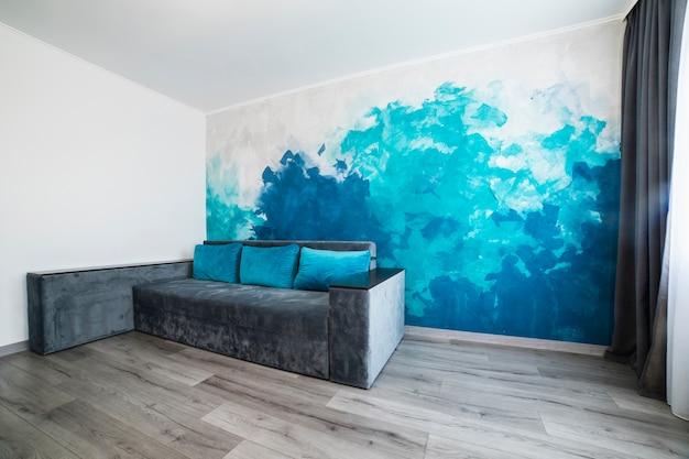 Salon moderne avec mur peint Photo gratuit