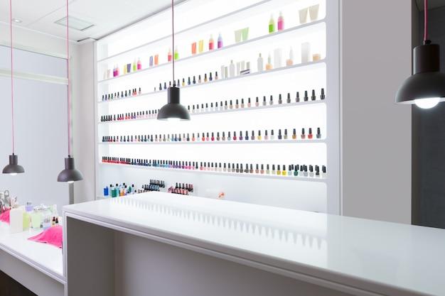 Salon des ongles et des pédicures moderne avec du vernis à ongles coloré Photo Premium