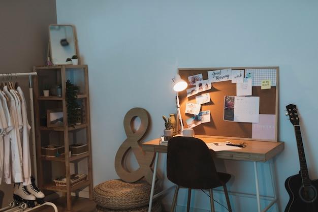 Salon simple avec penderie et bureau Photo gratuit