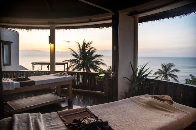 Salon spa avec vue sur la plage Photo gratuit