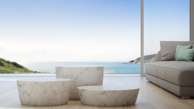 Salon vue mer de la maison de plage d'été de luxe avec canapé et table basse. Photo Premium