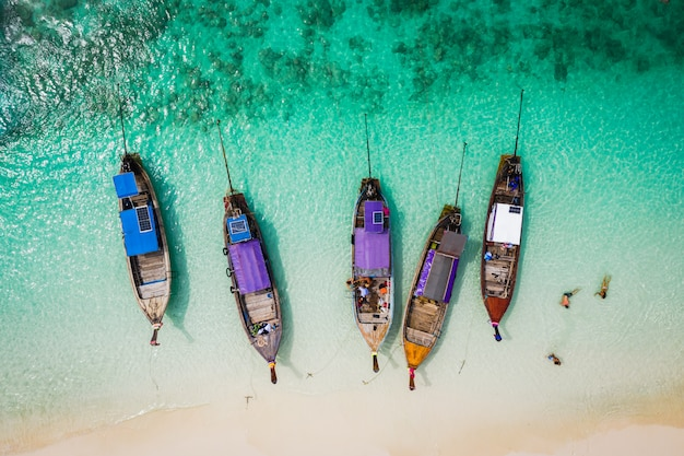 Salut saison bateau et les touristes sur la vue aérienne de l'île de phrabie krabi thaïlande du drone Photo Premium