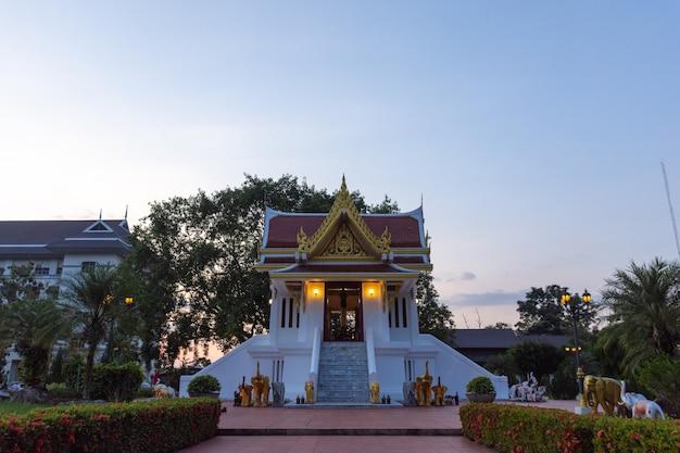 Le sanctuaire du pilier de la ville de krabi Photo Premium