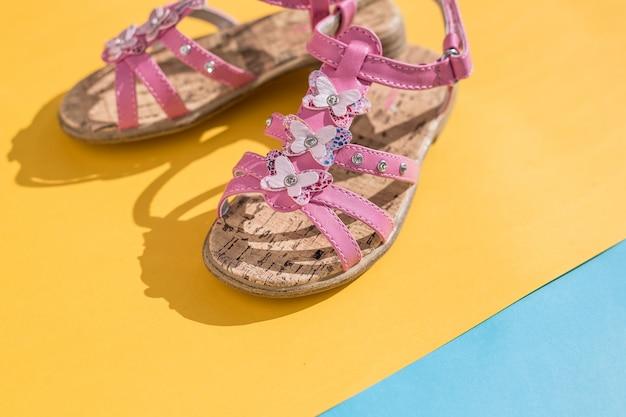 Sandales d'été pour enfants. chaussures de bébé, chaussures de mode fille rose, sandale en cuir, mocassins. sandales d'été bébé fille en cuir blanc Photo Premium