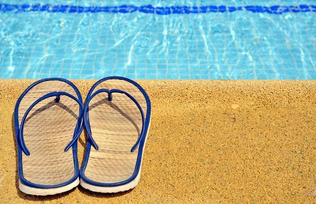 Sandales Pour Femmes Aux Pieds De La Piscine Photo Premium