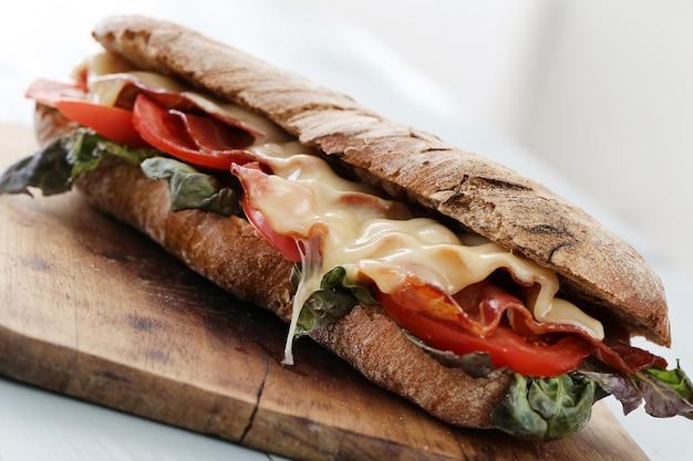 Sandwich Au Bacon Et Aux Tomates Grillées Photo gratuit