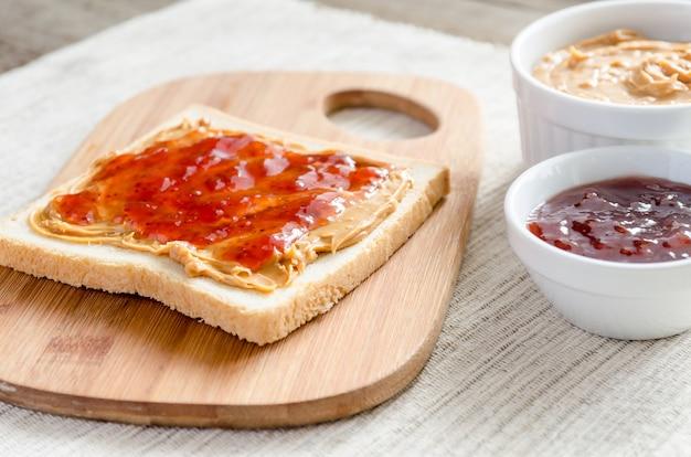Sandwich Au Beurre D'arachide Et Gelée De Fraises Photo Premium