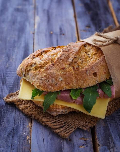 Sandwich au fromage, roquette, jambon. Photo Premium