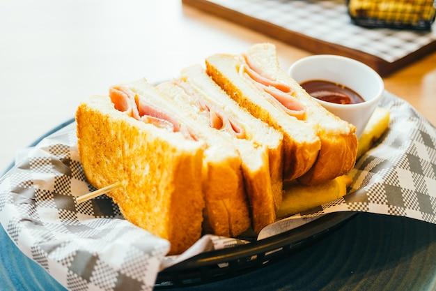 Sandwich au jambon, frites et sauce tomate Photo gratuit