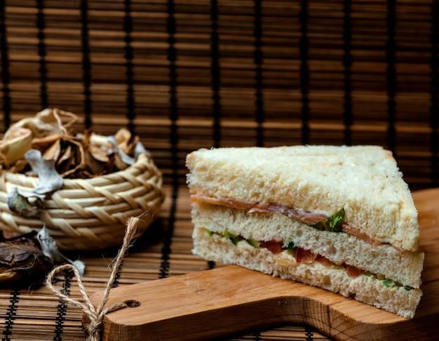 Sandwich au pain blanc sur le bureau Photo gratuit