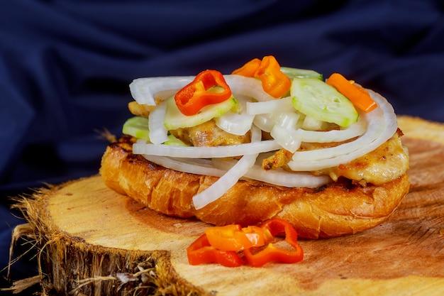Sandwich au poulet grillé aux oignons rouges Photo Premium