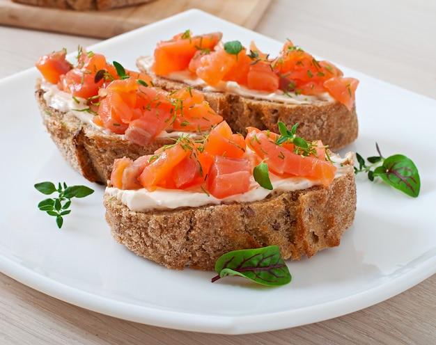Sandwich Au Saumon Salé Et Fromage à La Crème. Photo Premium