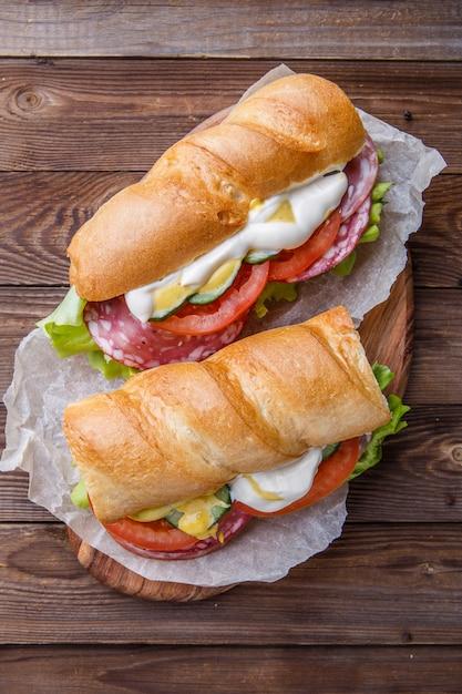 Sandwich aux saucisses fumées et légumes Photo Premium