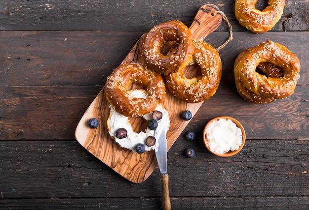 Sandwich Bagels Au Fromage à La Crème Et Aux Myrtilles Sur Table En Bois Photo Premium