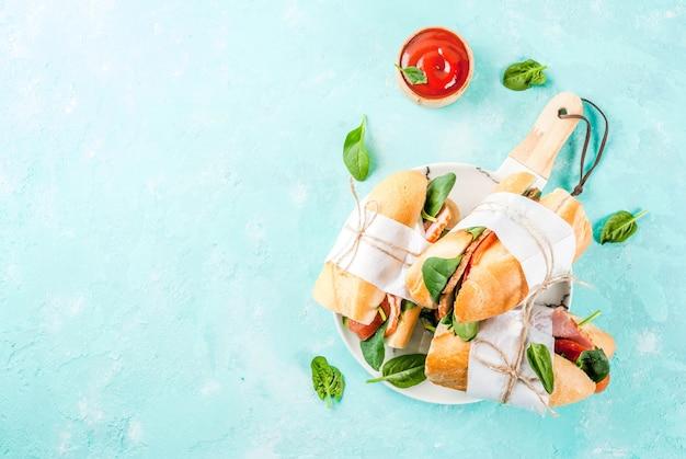 Sandwich Baguette Fraîche Avec Bacon, Fromage, Tomates Et épinards Photo Premium